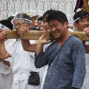 地元東村山市の八坂神社の例大祭で御輿を担ぐ。