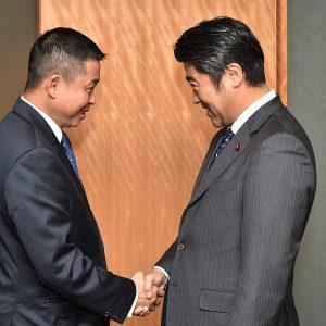 ジョナン・インドネシア運輸大臣及びワナンディ同国副大統領首席補佐官と会談し、両国の発展と友好・協力関係の強化のために緊密に協力していくこと、エネルギー開発や海洋分野でも協力を一層深めたい旨をお伝えしました。