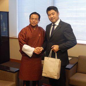 ノルブ・ワンチュク・ブータン経済大臣による表敬を受けました。ブータンの民主化定着への取組を歓迎し,経済分野では今後も農業・基礎インフラ分野を中心に支援を継続する旨述べました。