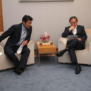 菅義偉内閣官房長官と。