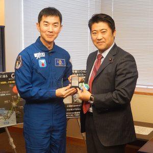 油井亀美也宇宙飛行士による表敬を受け、昨年7月から12月にかけて実施されたISS長期滞在ミッションについてご説明いただきました。